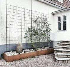 Urban Garden Design Side Yard 13 Result - Do you have a space beside your home that can be transformed into a side yard garden? If yes, then you should definitely see these brilliant ideas. Back Gardens, Outdoor Gardens, Walled Garden, Garden Trellis, Metal Trellis, Backyard Landscaping, Backyard Ideas, Landscaping Edging, Natural Landscaping