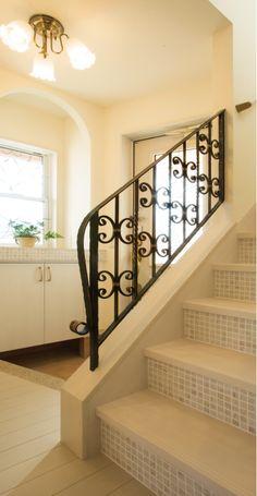 ロートアイアンの手摺とモザイクタイルの階段。細部までこだわった玄関ホールです。 デザイン ナチュラル タイル 