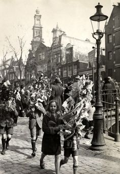 Children walk with their decorated sticks in a Palm Sunday procession through the Jordaan section of Amsterdam. In the background the Westertoren. Amsterdam Jordaan, Amsterdam Holland, Wooden Walking Sticks, European History, Leiden, Rotterdam, Old Pictures, Netherlands, Dutch