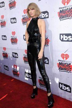 Sängerin Taylor Swift trug den Glitzer-Jumpsuit schon im April.