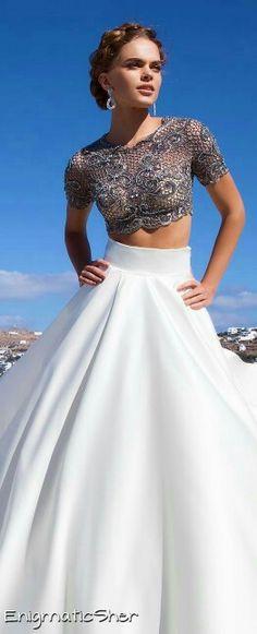 Top crop encaje y falda campana blanca