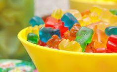 Gomitas caseras: 1 1/2 taza de jugo de fruta o verdura fresco 4 cucharadas de gelatina sin sabor De 2 a 4 cucharadas de miel (depende de qué tan dulce quieras que quede el jugo) 1/2 cucharadita de extracto de vainilla (opcional)
