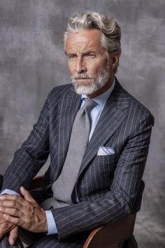 Costume gris à rayures en flanelle Suit Up, Suit And Tie, Dapper Gentleman, Gentleman Style, Flannel Suit, Grey Flannel, Costume Gris, Suit Combinations, Canvas Jacket