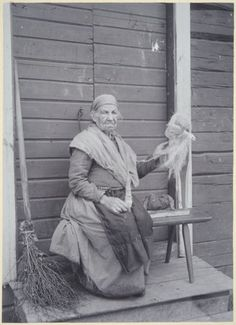 Finnish Witches And Their Magical Rituals Photos) Spinning Wool, Hand Spinning, Spinning Wheels, History Of Finland, Male Witch, Inkle Loom, Vintage Photos Women, Vintage Witch, Old Tools