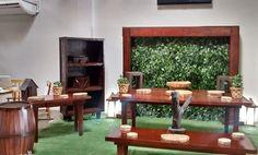 Belissima mesa Rustica, com dois armarios, duas ou três mesas, um colunato com um painel de ficus atras e dois barris com um tapete de grama, tudo isso para decora sua festa.