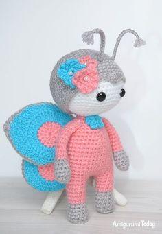 amigurumi muñeca en el modelo de traje de mariposa