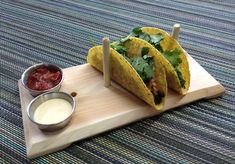Taco Plank- 4 piece set cedar serving plate with stainless steel cups Tacos Mexicanos, Taco Holders, Lounge Design, Guacamole Recipe, Stainless Steel Cups, Serving Plates, Teller, Desert Recipes, Food Presentation
