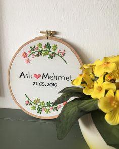 Yasemin hanım arkadaşları için böyle bir hediye düşündü; çünkü arkadaşları sıradan bir hediyeyle geçiştirilmeyecek kadar değerliydi. Çünkü en güzel hediyeler emek isteyen ve eşsiz olanlardı. 💙 Embroidery Sampler, Hand Embroidery Stitches, Creative Embroidery, Diy And Crafts, Wedding Gifts, Cross Stitch, Weaving, Crafty, Floral