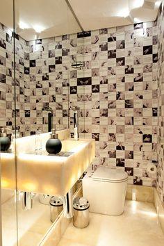 O lavabo recebeu papel personalizado, criado a partir de um livreto de expressões idiomáticas em italiano. Bancada, piso e rodapé são de ônix Mont Blanc e uma parede de espelhos.a comportar uma banheira. Arquiteta Maria Fernnanda Piti.