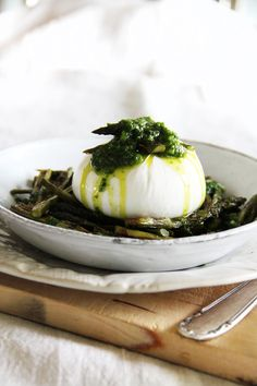 fork and flower: grilled asparagus with burrata & ramps oil Fromage Cheese, Buratta Cheese, Wine Recipes, Cooking Recipes, Tapas, Grilled Asparagus, Savoury Dishes, Food Inspiration, Love Food