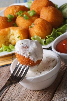 Potato balls in breadcrumbs Appetizer Recipes, Dinner Recipes, Vegetarian Recipes, Cooking Recipes, Good Food, Yummy Food, Burger, Food Design, Tasty Dishes