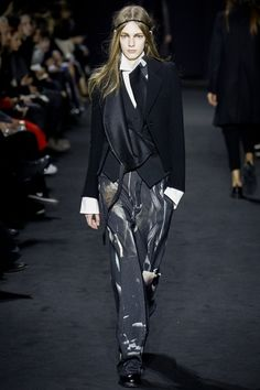 Take a look to Ann Demeulemeester Collections Fall Winter 2016-17collection: the fashion accessories and outfits seen on Parigi runaways.