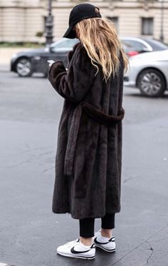 Long dark brown faux fur coat with Nike trainers . and a cap! Wear it with a statement Tee for a Geek Chic style complete outfit! Fashion Mode, Look Fashion, Teen Fashion, Fashion Trends, Mode Chic, Mode Style, Looks Style, Style Me, Robes Glamour
