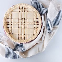 Plaid lattice pie crust with braids. No Bake Desserts, Just Desserts, Delicious Desserts, Dessert Recipes, Fancy Desserts, Baking Desserts, Chandler Bing, Deco Cupcake, Comidas Light