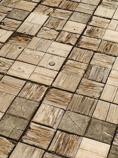 Suelo de madera formado por tacos cuadrados.