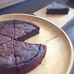 今日のケーキは、オレンジチョコケーキ!オレンジの果汁いっぱいのチョコレートケーキです。外側はさっくり。中はしっとりのこのケーキ、時間が経つと全体にしっとりと濃厚なケーキに変わってきます♫焼きたても後からも2度美味しいケーキなのでした^ - ^ - 32件のもぐもぐ - ヴィーガン オレンジチョコケーキ by asakoyoshiOJY