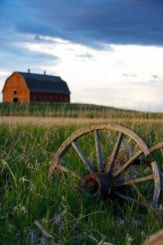 Red barn with old wooden wagon wheel. Love the wagon wheel for painting! Country Barns, Country Life, Country Living, Country Charm, Country Roads, Country Strong, Big Country, Farm Barn, Old Farm
