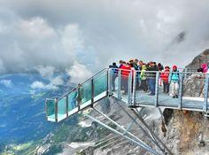 """Ao todo, são 14 degraus da famosa """"escada para o nada"""" que separam o trecho da passarela que é presa ao morro, do 'corredor' que leva os turistas até a plataforma de observação"""