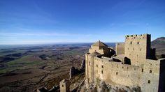 - Durante el siglo VIII en el castillo Oscense de Loarre estuvo aprisionado el conde Don Julián. Reza la leyenda que su alma atormentada merodea por aquellas torres lamentando el trágico fin de su ...