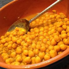 A new study published this week in the Archives of Internal Medicine found that eating 1 cup beans or lentils a day improved blood sugar & lowered blood pressure in people with type 2 diabetes.    Get a daily dose with this Quick Chickpea Stew. Simmer a can of chickpeas (preferably low-sodium) with a little low-sodium vegetable broth and desired seasonings (I used turmeric and black pepper). Healthy comfort food! Healthy Comfort Food, Healthy Food Options, Healthy Dishes, Healthy Foods To Eat, Healthy Snacks, Healthy Eating, No Sodium Foods, Low Sodium Recipes, Diabetic Recipes