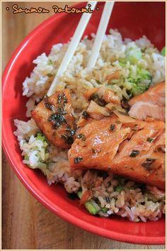 saumon mariné  dans jus d'orange, jus de citron, miel, sauce soja, huile d'olive, poivre et gingembre rapé, oignons nouveaux. Laisser mariner une nuit, puis cuire au four dans la marinade ( 15 mn à 180°) et servir avec du riz et des légumes. Fish Recipes, Seafood Recipes, Asian Recipes, Healthy Cooking, Cooking Recipes, Healthy Recipes, Food Porn, Good Food, Yummy Food