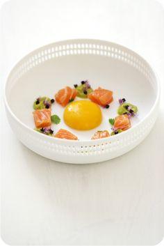 Onsen-Ei(gelb) 59/45 mit Guacamole, Lachs-Sashimi und Tulsiblüten   Arthurs…