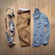 Combo de look masculino com New Balance, com jaqueta jeans, calça de sarja e tênis cinza