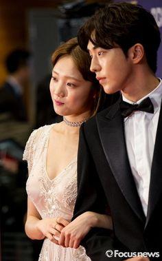 Lee Sung Kyung e ấp, không rời Nam Joo Hyuk nửa bước trên thảm đỏ MBC Drama Awards 2016