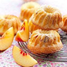 Petits savarins à la pêche, vanille et agrumes Mini Desserts, Dessert Recipes, Mini Cakes, Cupcake Cakes, Cupcakes, Savarin, Blondie Brownies, Rum Cake, Sweet Pastries
