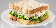 I sandwich con insalata di tonno si preparano tagliando tutte le verdure a dadini molto piccoli e mescolandole poi col tonno sbriciolato, il composto...
