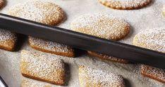 Cuisiner des biscuits au pains d'épices en famille est définitivement un classique du Temps des Fêtes! Biscuits, Doughnut, Cereal, Pains, Breakfast, Desserts, Anna Olson, Food, Grape Seed Oil