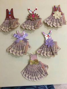 Money (note) p acking Diy Arts And Crafts, Hobbies And Crafts, Wedding Gift Wrapping, Wedding Gift Baskets, Thali Decoration Ideas, Money Bouquet, Trousseau Packing, Diwali Craft, Money Envelopes