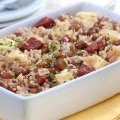Receita de Baião de Dois Rápido - 3 colheres (sopa) de óleo, 1 cebola picada, 2 dentes de alho, 500 g de feijão verde, 2 tabletes de caldo de carne, 1 e 1/2 ...