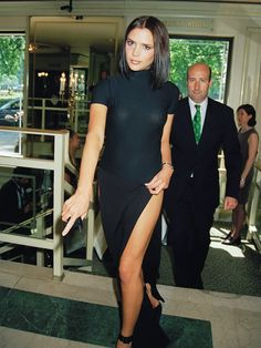Best Spice Girls Beauty Looks: Posh Spice Victoria Beckham shiny lob Victoria Beckham Outfits, David Und Victoria Beckham, Style Victoria Beckham, Victoria And David, Spice Girls, 90s Fashion, Fashion News, Fashion Outfits, Vic Beckham