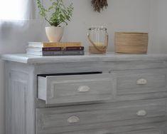 Transformar un dormitorio con muebles de algarrobo con una suave pátina gris / Vero Palazzo - Home Deco Muebles Shabby Chic, Vintage Farm, Floating Nightstand, Chalk Paint, Drawers, Sweet Home, Living Room, Cool Stuff, Futons