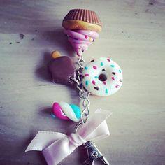Porte-clefs 4 gourmandises : donuts, cupcake, guimauve et eskimo. Porte-clés type mousqueton argenté. A accrocher partout (sac, porte monnaie, trousse, clefs...) Un style gourmand et original ! Une idée cadeau originale parfaite pour : un cadeau de Noël, la fête des mères,... www.etsy.com/fr/shop/MesideesdeJenni