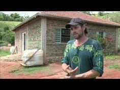 Pedreiro usou garrafas pet na estrutura de casa em Extrema, MG