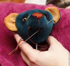 Предлагаю вашему вниманию короткий мастер-класс для новичков о том, как сделать голову мишки Тедди. Данный мастер-класс я делаю для своих знакомых, которые часто просят показать, как вшить глаза и оформить нос и т.д. у мишки. Размещаю его на этом прекрасном ресурсе, вдруг еще кому-то пригодится. Начинаю сразу с набивки головы. Предполагается, что вы уже выкроили и сшили все детали.