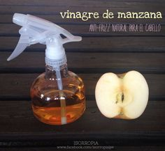 Después de aplicar el shampoo y acondicionador como de costumbre, aplica ViNAGRE DE MANZANA con la ayuda de un atomizador sobre el cabello aún mojado, déjalo reposar por dos minutos y enjuaga con agua fría. El vinagre de manzana le dará brillo y disminuirá el frizz de tu cabello. Repite este procedimiento una vez por semana.
