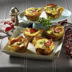 Pikante Muffins mit Strudelteig, Salami, Tomaten und Lauchzwiebeln in Ei - http://www.lecker.de/pikante-muffins-mit-salami-tomaten-und-lauchzwiebeln-63410.html