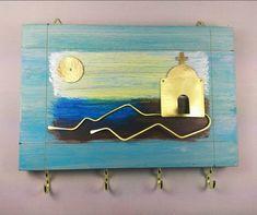 Ξύλινη κλειδοθήκη απο κόντρα πλακέ βαμμένη με οικολογικά χρώματα νερού και στοιχεία ορείχαλκου. Με 4 ορειχάλκινα γατζάκια για να κρεμάτε τα κλειδιά σας Διαστάσεις : 18×12