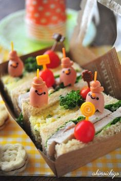 Little hotdog peoples!  Or ghosts or something.  ???