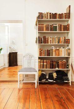 blev Christopher O´Regans fasta punkt Bookshelves, Bookcase, Swedish Decor, Old Books, Light Browns, Design Inspiration, Interiors, Home Decor, Style