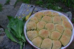 Fotorecept: Kysnutý trhací koláč s medvedím cesnakom