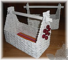 Cestas de papel de periódico reciclado - Baskets with newspaper плетение из газет Newspaper Basket, Newspaper Crafts, Paper Weaving, Weaving Art, Recycled Paper Crafts, Diy Crafts, Crafty Projects, Diy Projects To Try, Cross Wall Decor