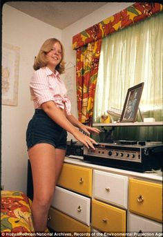 """Dana Jens in her bedroom,"" Meeker Colorado, July 1975 Photographer: Holly Wiedman Seventies Fashion, 60s And 70s Fashion, Retro Fashion, Vintage Fashion, Vintage Looks, Retro Vintage, Record Players, Vintage Vinyl Records, Hommes Sexy"