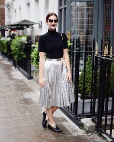 Silver skirt = so much fun. I wanted to wear it everyday - aqui está o look completo com a saia prateada que é minha nova roupa favorita! Deixa o dia mais feliz {saia e top Zara, óculos Gucci, mocassim Tods. Vic Ceridono   Dia de Beauté More