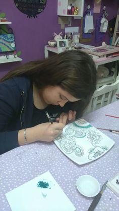 Mi princesa pintando su plato diseñado a mano alzada por ella mismo.Una genia💖💖