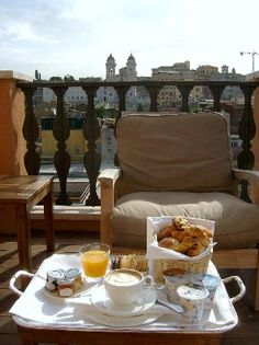 Breakfast on the terrace in Rome - Desayuno al aire libre en Roma - Petit-déj à Rome