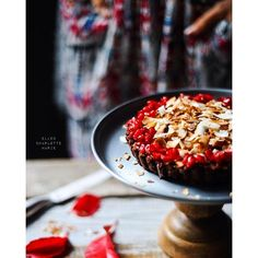 Sunday dessert! The kids and I made this Raw vegan BROWNIE CAKE with COCONUT CHIPS and POMEGRANATE…
